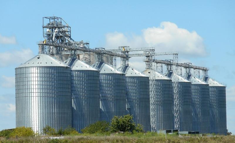 Photo de grands silos de métal aligné les uns à côté des autres