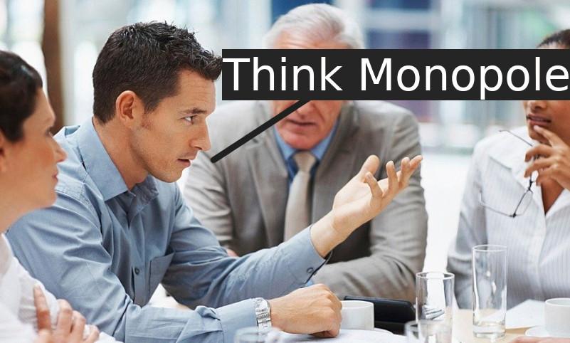 """Photo d'une réunion avec un homme qui dit """"Think Monopole"""""""