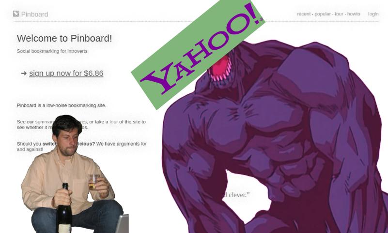 Personne assis avec une bouteille de champagne et un verre à la main, face à un géant bodybuildé avec le logo de Yahoo à la place de la tête